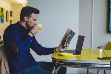 Hombre sentado tomando café