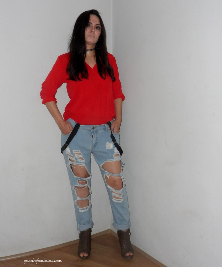 Look Cndirect- Jeans destroyed, camisa vermelha e suspensório