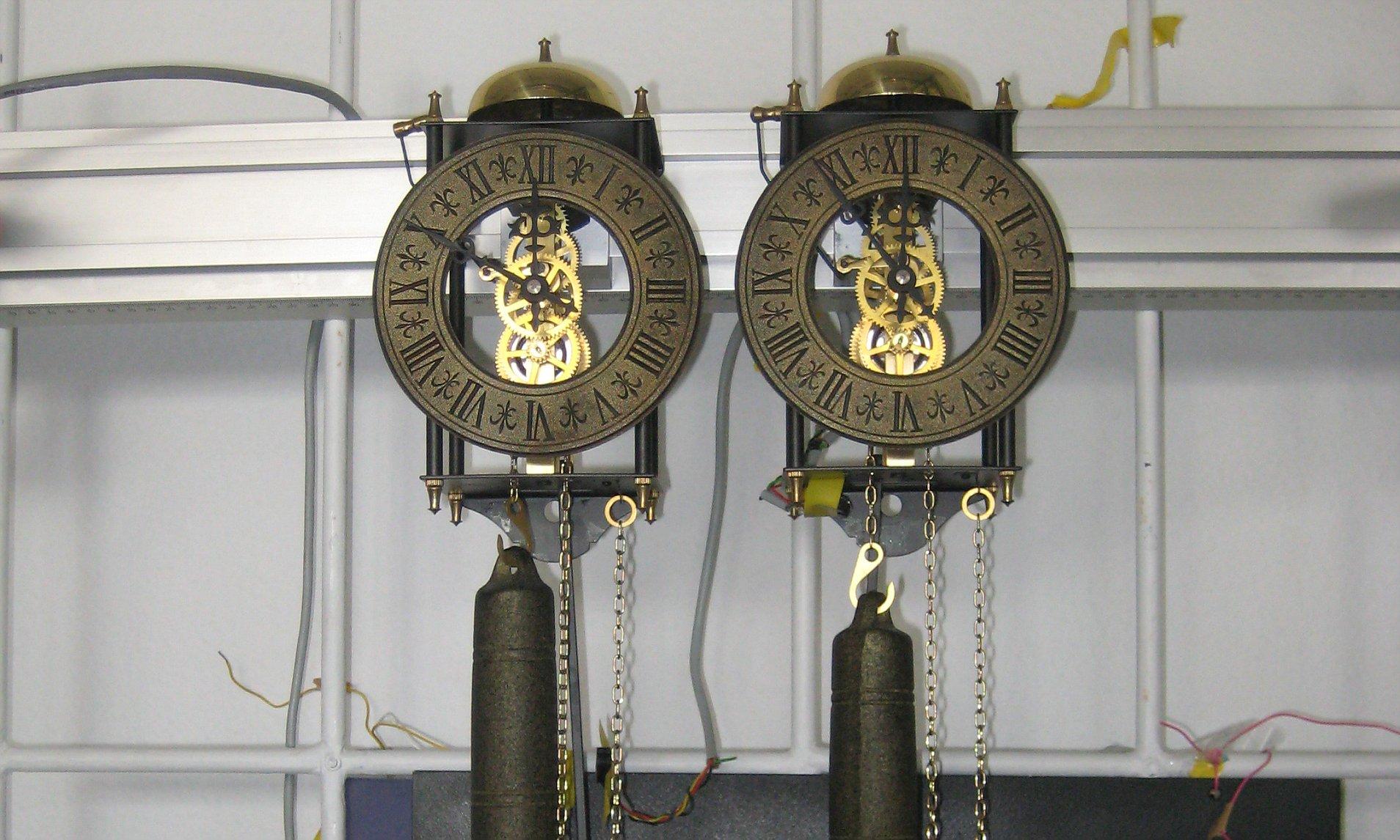 Oscillatory Synchrony is Energetically Cheap
