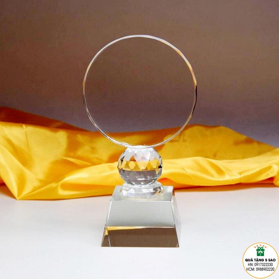 Biểu trưng pha lê hình tròn trên quả bóng kim cương