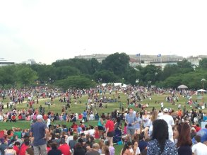 QUE.com.WashingtonDC.10.Monument.Crowd.01