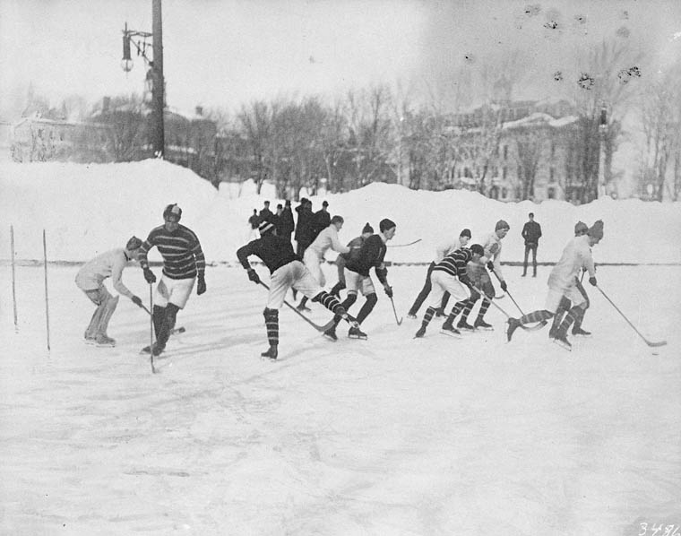McGill, 1904. Remarquez les poteaux à gauche de l'image.