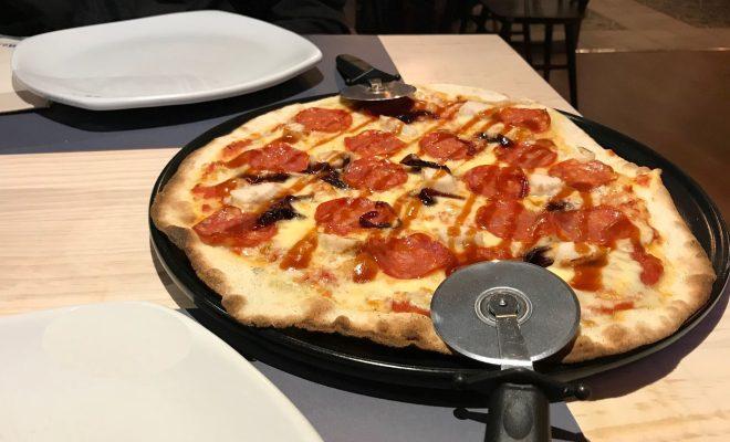 Pizza napolitana del restaurante La mafia se sienta en la mesa