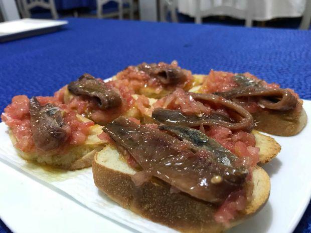 anchoas del cantábrico con tomate