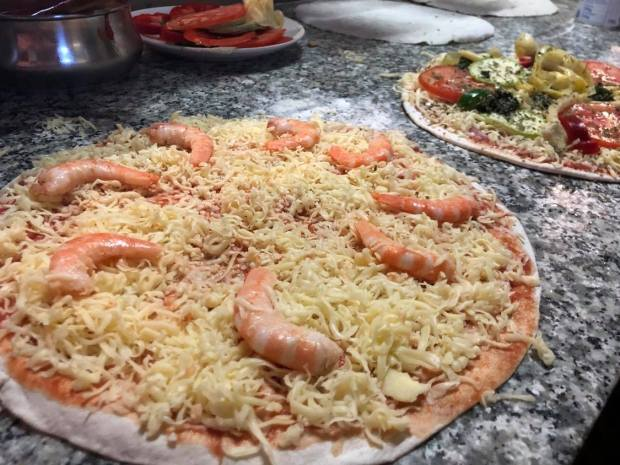 Pizzas de masa fina antes de ser horneadas