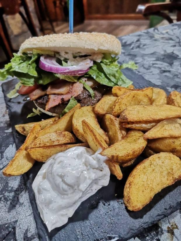 hamburguesa angus la guarida del caballo
