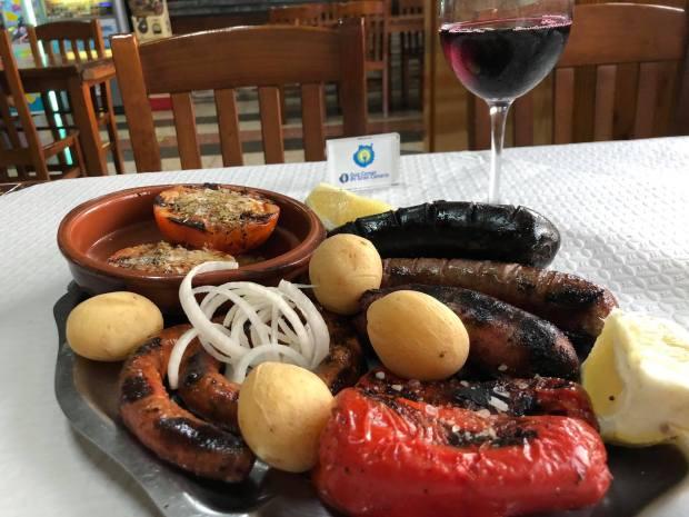 Parrillada de carne al grill en el asadero La Caldera en Firgas