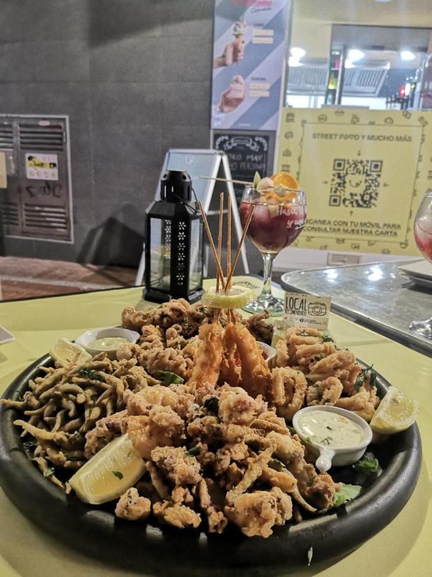 Fritura de marisco Calamares, pulpitos, langostinos y papas fritas