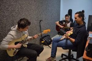 Un chico aprende a tocar el bajo y otro la guitarra bajo la atenta mirada de Sergio Rodrigo.