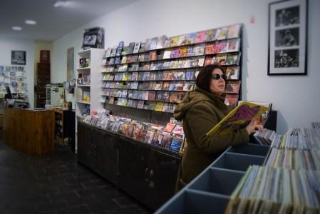 Una clienta buscando discos en CocoDisk, tienda de discos de Huesca.