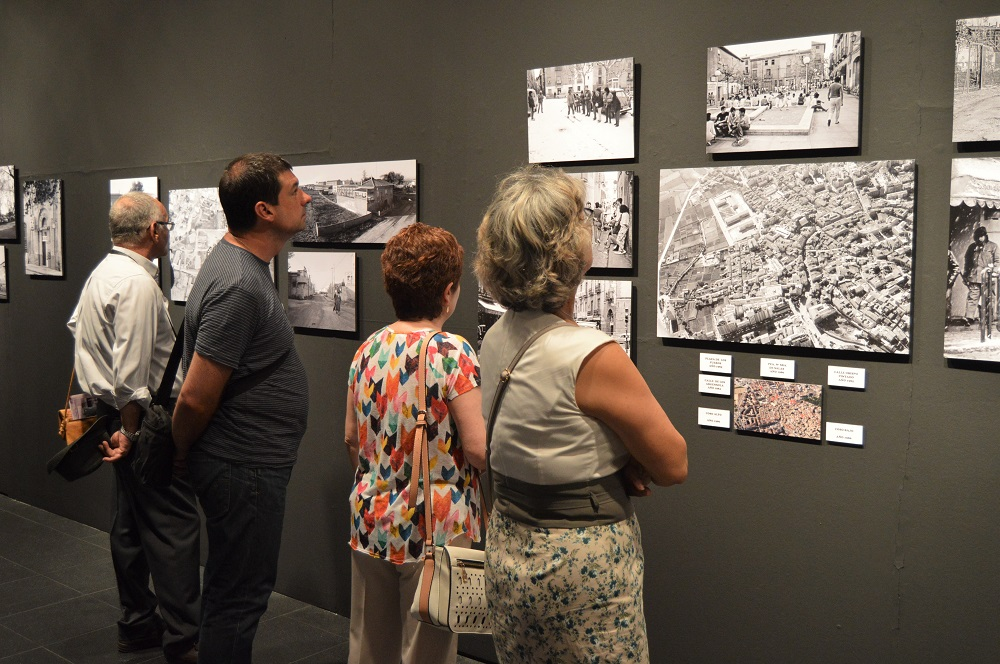 Un grupo de visitantes, entre los que se encuentra el concejal Luis Arduña (Cambiar Huesca), en la exposición Huesca: Recuerdos del futuro.