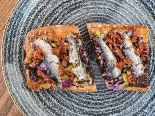 tosta-sardinas-crema-morcilla-queen-burger-gourmet-madrid