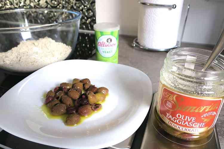 Fiberflour Low Carb Olive Bread Buns