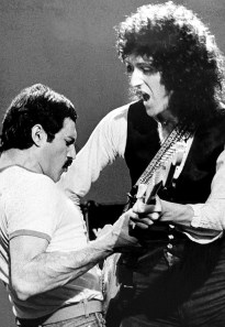freddie-mercury-and-brian-may-making-of-play-the-game-videoclip-1980