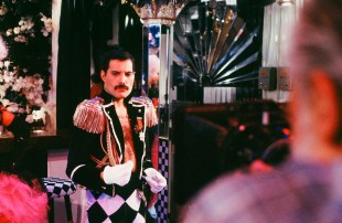 freddie-on-the-set-of-the-promo-video-for-living-on-my-own-which-was-filmed-at-hendersons-night-club-in-munich-germany-in-1985-where-he-also-celebrated-his-39th-birthday-party