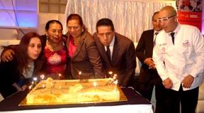La familia Inga, propietaria del restaurante Sabor Latino, acompañada del cónsul ecuatoriano Jorge López y del chef Carlos Gallardo, quien también es socio corporativo de ese establecimiento. Foto javier Castaño