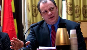 Thomas Galante, CEO de las Bibliotecas de Queens en la Alcaldía de Nueva York testificando contra los recortes al presupuesto.