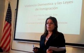 Ana María Bazán explicando la Acción Ejecutiva de Inmigración del presidente Obama.