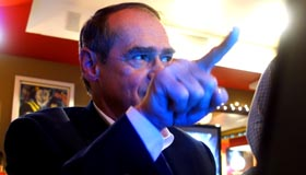 El congresista Jaime Buenahora frente a su computador portátil en el restaurante Boulevard de Jackson Heights, Queens.