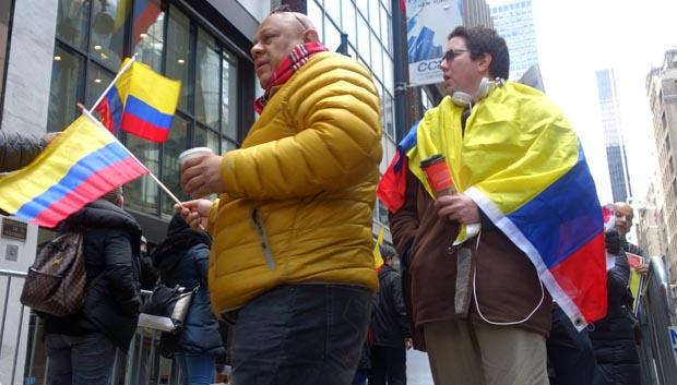 Brand Bedoya, de chaqueta, y Gabriel Chávez envuelto en la bandera colombiana, protestando frente al consulado de Colombia en Nueva York. Fotos Javier Castaño