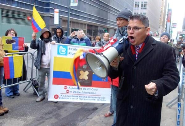 Zoilo Nieto con altoparlante en mano protestando la pérdida de la segunda curul.