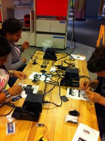 Estudiantes en el laboratorio de tecnología.