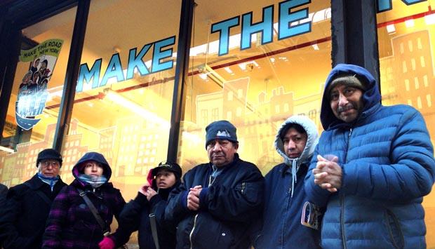 Inmigrantes latinos hacen fila frente a Make the Road en busca del carné de identificación municipal conocido como idNYC.