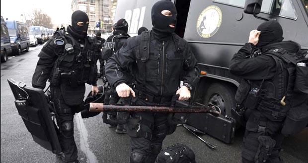 Más de 80,000 agentes del orden están buscando a los terroristas en Francia.
