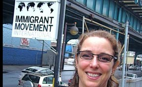 Tania Bruguera frente a la sede del 'Immigrant Movement International, en la calle 108 y la Avenida Roosevelt. Foto cvortesía