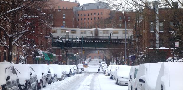 Los trenes volvieron a funcionar esta mañana y la gente comenzó a limpiar la nieve que cubre los andenes y los carros.