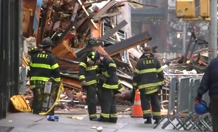 Los escombros de la explosión en un edificio de la Segunda Avenida en el bajo Manhattan, Nueva York.