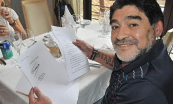 El ex futbolista Maradona con las cartas que le ha escrito el ex mandatario cubano Fidel Castro. PL