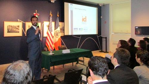 Raul Preciado de IDNYC explicando los documentos necesarios para solicitar el ID. Foto Percy Luján