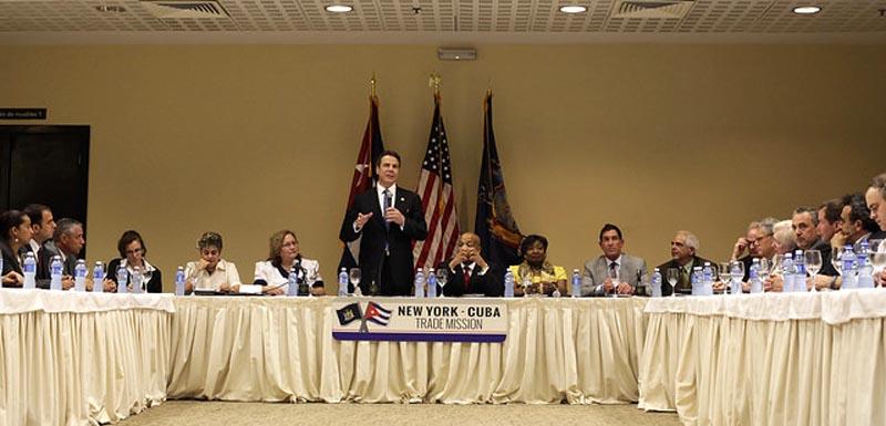 El gobernador Andrew Cuomo con delagados del estado de Nueva York y el gobierno de Cuba.
