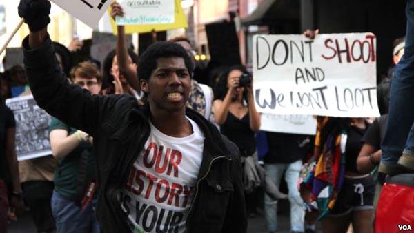 Las protestas por muete de negros a manos de la policía han aumentado en todo el país. Foto Voa