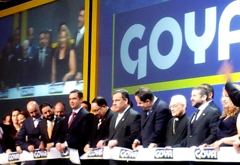 El corte de cinta con los ejecutivos de la familia Goya Foods y el gobernador de Nueva Jersey Chris Christie. Foto Esperanza Martínez