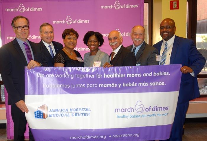 Desde la izquierda, Steve Inglis de Jamaica Hospital, Scott D. Berns, Sandra McCalla, Tamara Magloire, Bruce J. Flanz, de Jamaica Hospital, William Lynch, del Jamaica Hospital, y Mitchell Cornet, de Jamaica Hospital.