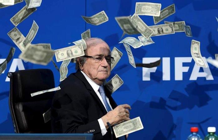 Lluvia de billetes sobre Sepp Blatter, el presidente de la FIFA que ya renunció para enfrentar cargos de corrupción.