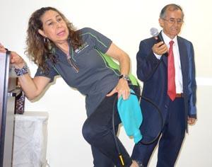 Demostración sobre cómo aplicar el enema de café para limpiar los intestinos. Fotos Javier Castaño