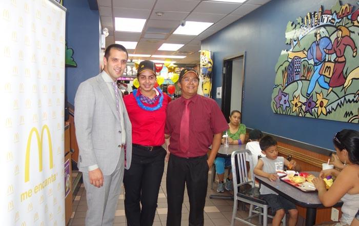 Desde la izquierda, BJ Fonseca, la asistente gerencial Genesis Hilario y el gerente general José Manzanares en el McDonald's de la calle 82 en Jackson Heights, Queens.