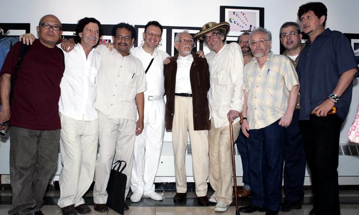Nereo, al centro, rodeado de artistas y escritores colombianos en una galaría de Queens.