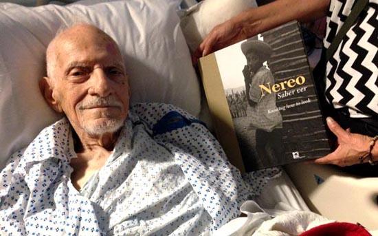 Nereo en la cama donde murió, muy sonriente al lado de su libro Nereo Saber ver, el cual acababa de ser publicado.