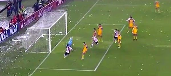 Uno de los tres goles de River contra Tigres en Argentina.