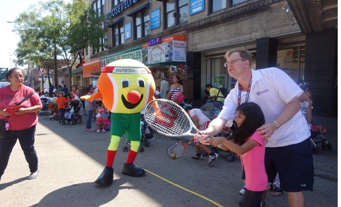 Bajo un radiante sol, familias latinas disfrutaron aprendiendo a jugar tenis.