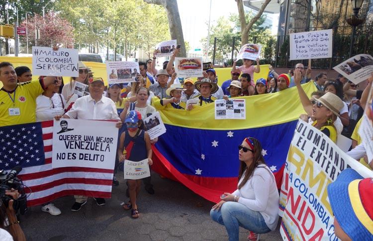 Venezolanos y colombianos protestando por la expulsión de colombianos de Venezuela y por la situación de deterioro en Venezuela.