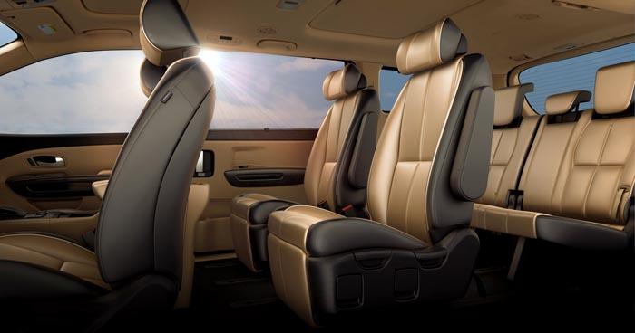 El interior de 2015 Kia Sedona es amplio y confortable.