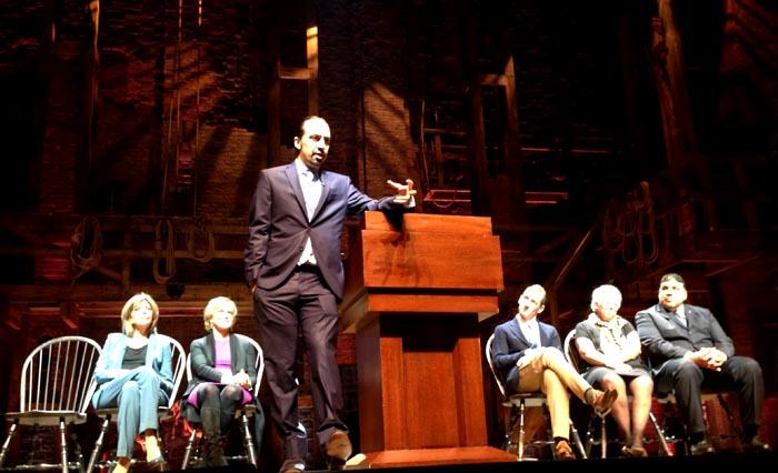 En el escenario en donde se presenta Hamilton, desde la izquierda, Lesley Herrmann, Judith Rodin, Lin-Manuel Miranda, Jeffrey Seller, Carmen Fariña y Moses Ojeda.