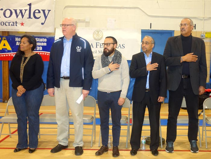 Desde la izquierda, los políticos demócratas Julissa Ferreras, concejal, Joseph Crowley, congresista, Francisco Moya, asambleísta, JOsé Peralta, senador estatal, y Jeffrie Aubry, sambleísta.