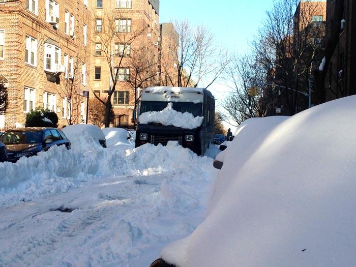 En la calle 78 de Jackson Heights no han limpiado la calle hoy lunes y este camión está allí desde el sábado. Foto Luisa Castaño