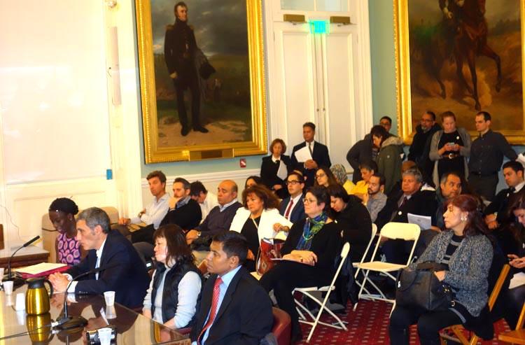 Gabriel Danfur, CEO de ImpreMedia, propietarios de El Diario, con las manos sobre la mesa y testificando en el Concejo de Nueva York frente a un grupo de empleados de ese periódico.